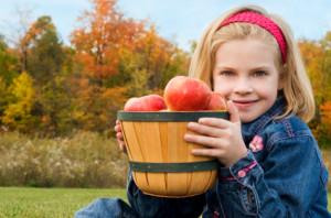iStock_000017227901XSmall-Mädchen-mit-Apfel